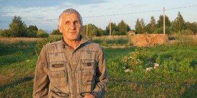 Незрячий пенсионер из Рязанской области сам построил дом для пожилой матери