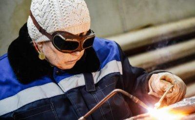 Пожилым женщинам в России вместо пенсий вручат сварочные аппараты - «Общество»