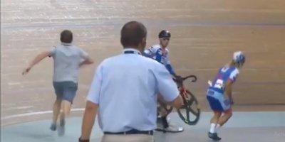 Судья в последнюю секунду спас велогонщиков от массового завала