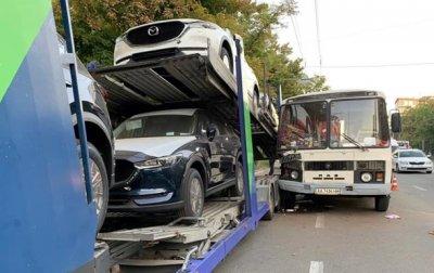 В Киеве автобус врезался в автовоз с новыми машинами - «Украина»