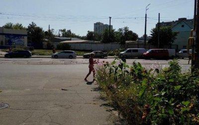 В Киеве женщина гуляла по улицам в обнаженном виде - (видео)