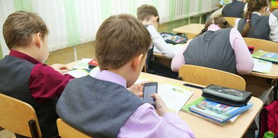 В правительстве задумались об ограничении использования мобильных в школах