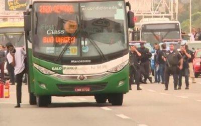 Вооруженный мужчина взял в заложники пассажиров автобуса в Бразилии - (видео)