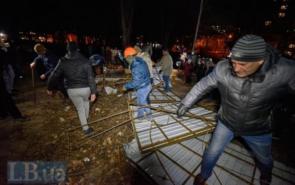 Протестующие в Киеве снесли забор на месте строительства многоэтажки - «Украина»