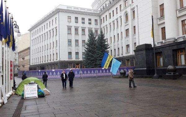 У входа в Офиса президента устанавливают каток - «Украина»
