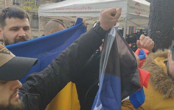 В Париже ветераны АТО разорвали российский флаг - (видео)