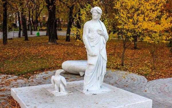 Вандалы повредили известный киевский памятник - «Украина»